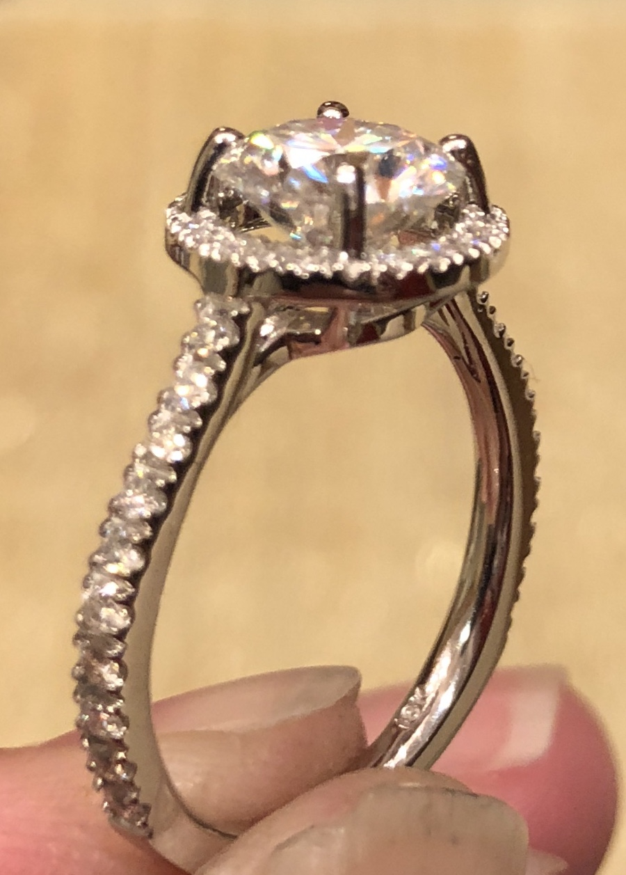 White gold ring with 1 carat round diamond